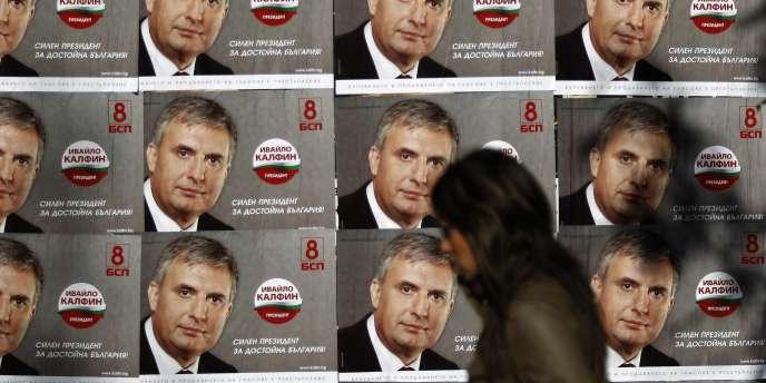 Des affiches du candidat socialiste Ivailo Kalfin dans les rues de Sofia.