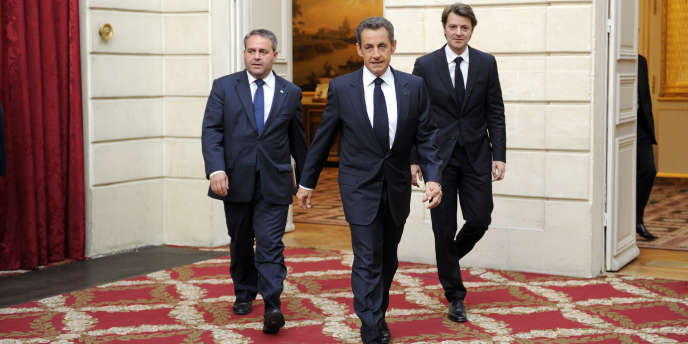 Nicolas Sarkozy, entouré du ministre du travail et de l'emploi, Xavier Bertrand, et du ministre de l'économie et des finances, François Baroin, le 26 septembre 2011 à Paris.