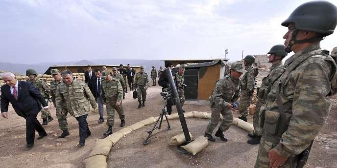 Abdullah Gül, le président turc (4e en partant de la gauche), lors de la visite d'un poste militaire à la frontière turco-irakienne, le 15 octobre.
