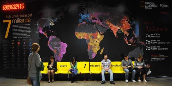 Un panneau sur les 7 milliards d'humains dans une station de métro à Bucarest (Roumanie), le 4 octobre 2011.