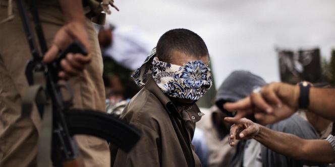 Un prisonnier des forces khadafistes à Bani Walid, le 18 octobre.