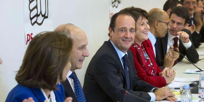 Entouré de Ségolène Royal, Laurent Fabius, Martine Aubry, Harlem Désir et Manuel Valls, le candidat socialiste François Hollande a garantit, mercredi 19 octobre, que