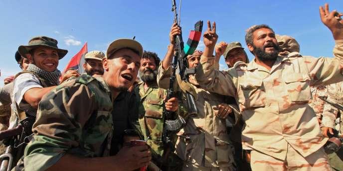 Des combattants du CNT célèbrent la libération de la ville de Syrte, jeudi 20 octobre.