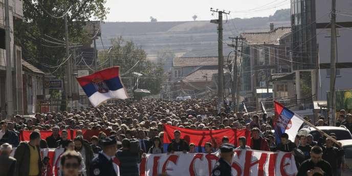 Des Serbes du nord du Kosovo manifestaient jeudi 20 octobre 2011 contre la levée de leurs barrages par les forces de l'OTAN à la frontière avec la Serbie.