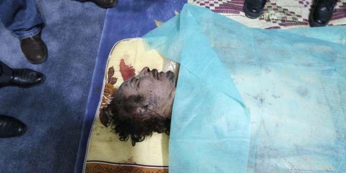 Le corps de Mouammar Kadhafi dans une maison de Misrata, le 20 octobre 2011.
