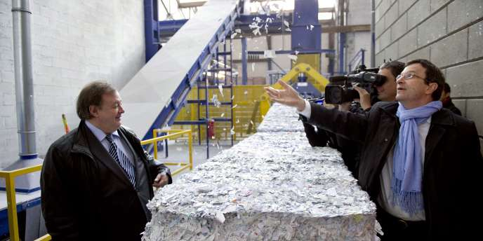 Me Jean-Pierre Mignard (à gauche), porte-parole de la Haute autorité des primaires, et Christophe Borgel, secrétaire national du PS aux élections, devant les premières listes électorales détruites, le 21 octobre à La Courneuve (Seine-Saint-Denis).