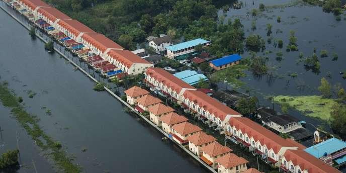 Vue aérienne d'un quartier dans les environs de Bangkok, le 20 octobre 2011.