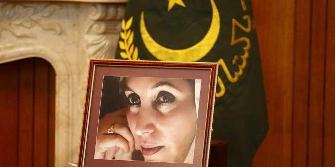 Un portrait de Benazir Bhutto est placé dans le bureau où se déroule une rencontre entre le président pakistanais Asif Ali Zardari et la secrétaire d'Etat Hillary Clinton, le 21 octobre 2011, à Islamabad.