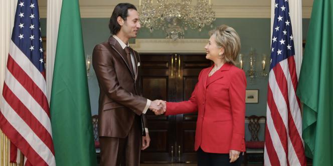 Mouatassim Kadhafi représente son père auprès de la secrétaire d'Etat américaine Hillary Clinton, le 21 avril 2009, à Washington.