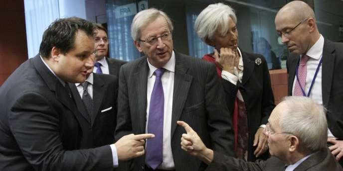 Le premier ministe du Luxembourg, Jean-Claude Juncker, avec le ministre des finances allemand Wolfgang Schauble, son homologue néerlandais Jan Kees De Jager et Christine Lagarde, vendredi 21 octobre 2011 à Bruxelles.