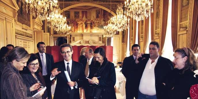 Ville de NeuillyJeanChristophe Fromantin, maire de Neuilly  (au centre) présente le sablon  (ci-contre).