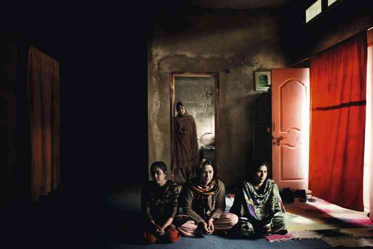 La famille Pamir Jag vit dans le quartier chrétien d'Issa Nagri, à Quetta. Quatre frères, leurs épouses et leurs enfants vivent dans cette unique pièce.photo:Marco Gualazzini / LUZphoto