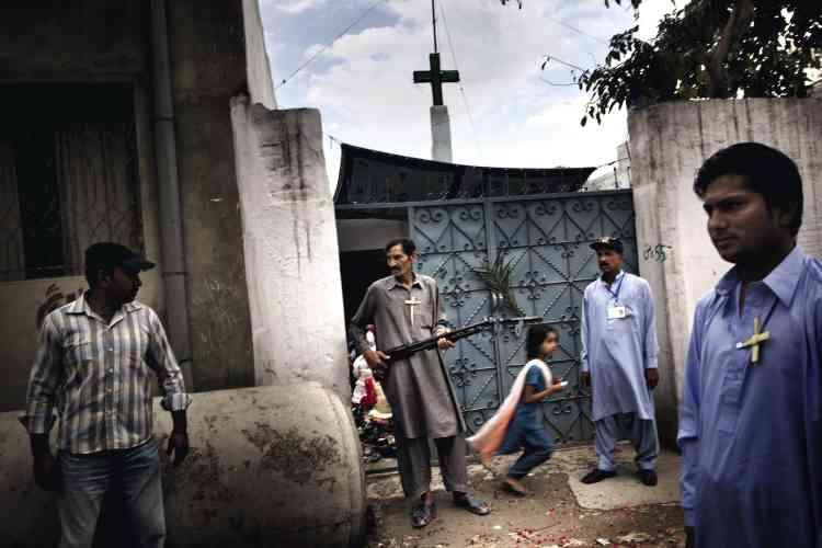 Un homme armé monte la garde devant l'église Saint-Antoine à Chakwal, dans la région d'Islamabad. Victimes  d'attaques et de menaces, les chrétiens se regroupent et organisent leur défense.photo:Marco Gualazzini / LUZphoto