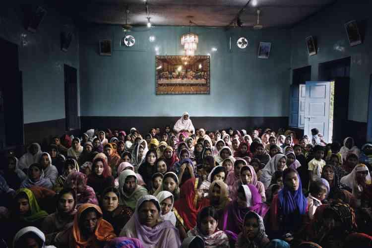 Messe à l'église Saint-Gérard, dans le quartier majoritairement chrétien de Saeedabd, à Faisalabad, au nord-est du pays. Il s'agit de la paroisse du Père Aftab James Paul, qui milite pour le dialogue interreligieux au Pakistan. photo:Marco Gualazzini / LUZphoto