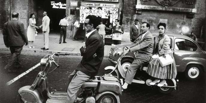 Une scène de rue à Rome par William Klein.