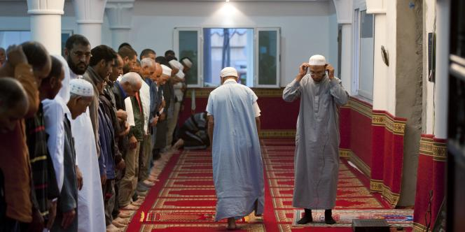 Rencontres avec les salafistes dans une mosquée où ils ont créé la première école coranique salafiste en Tunisie. A la mosquée de Sidi El Bokri, à l'heure de la prière du soir.