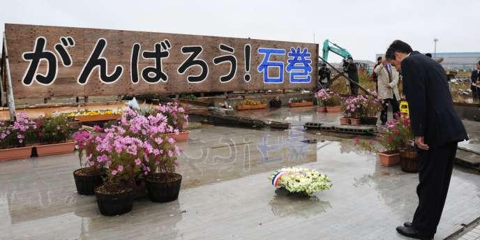 François Fillon a rendu hommage aux victimes du tsunami dans la région de Sendai (nord-est du Japon), samedi 22 octobre. Le monument dit en japonais