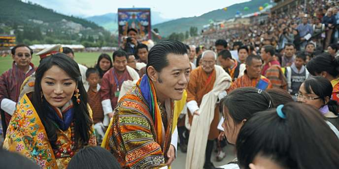 Jetsun Pema (à gauche) a épousé le cinquième roi du Bhoutan (à droite).