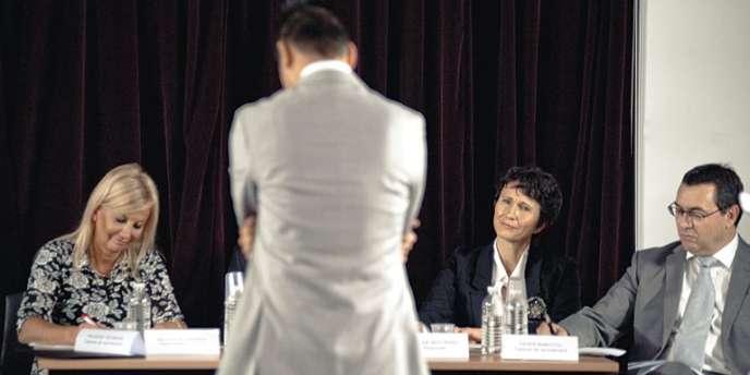 Diffusé sur France 2, le  documentaire montrait les méthodes de sélection brutales d'un cabinet de recrutement.