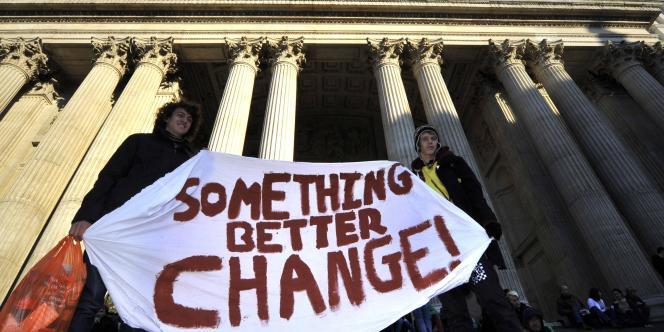 Manifestants devant la cathédrale Saint-Paul à Londres.