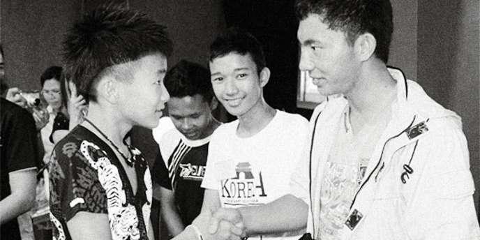 Elijah Ted Ng, 15 ans, (à gauche) n'est pas un adolescent rebelle mais un prédicateur efficace, à la tête d'une association caritative au profit des enfants.