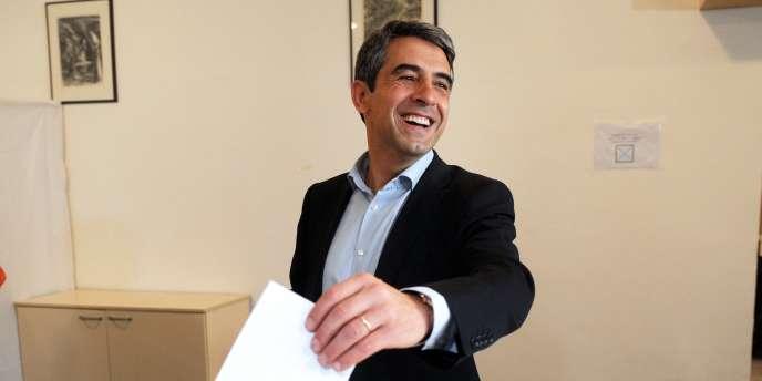 Rosen Plevenliev, le candidat du GERB, dans un bureau de vote de Sofia, le 23 octobre 2011.