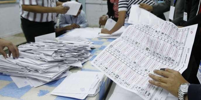 Début du dépouillement dans un bureau de vote de Tunis, dimanche soir 23 octobre.
