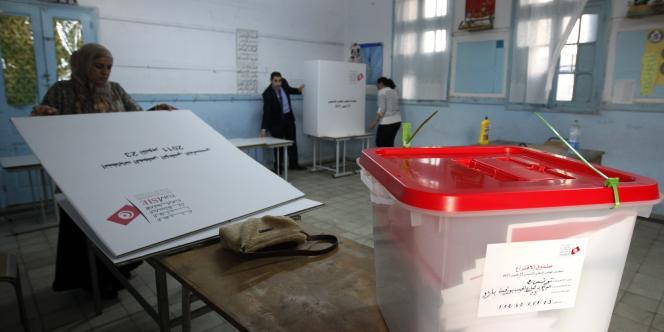 Derniers préparatifs dans un bureau de vote à Tunis, le 22 octobre 2011.
