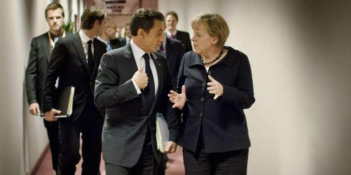 Nicolas Sarkozy et la chancelière allemande Angela Merkel, le 22 octobre dans les couloirs du Conseil européen, à Bruxelles.