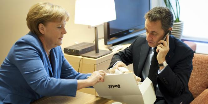 Angela Merkel a offert à Nicolas Sarkozy, dimanche 23 octobre, un ours en peluche de la marque Steiff pour la naissance de sa fille, Giulia.