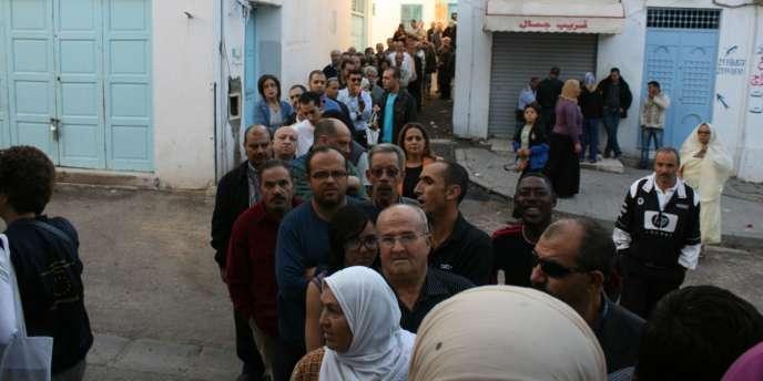 Une file d'attente devant un bureau de vote à Sfax, en Tunisie.