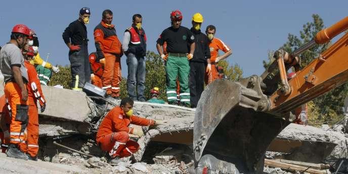 Le tremblement de terre, d'une magnitude de 7,2 sur l'échelle de Richter, a provoqué la mort de 272 personnes, selon un bilan provisoire.