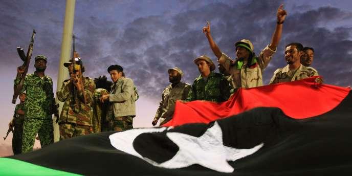 Des combattants du CNT célèbrent leur victoire.
