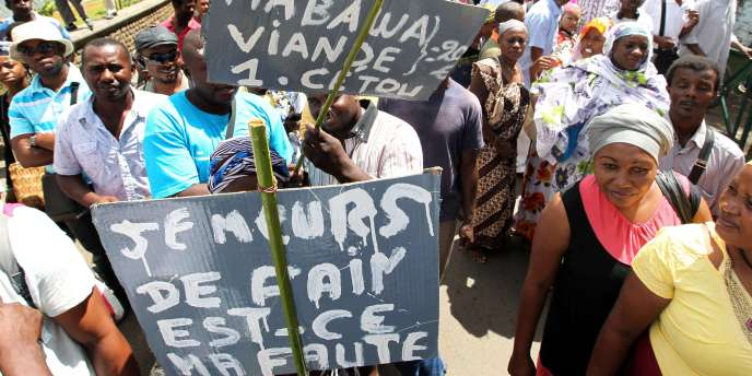 Sur cette photo datant du 10 octobre 2011, des manifestants protestent dans les rues de Mamoudzou.