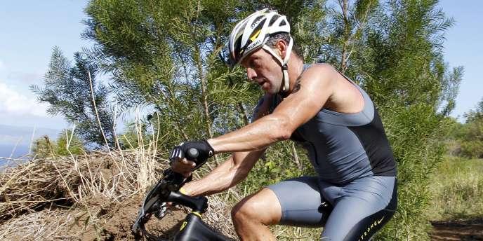 L'Américain Lance Armstrong pendant l'épreuve de VTT aux championnats du monde de  XTerra à Kapalua (Hawaï).