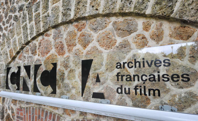 Le logo du CNC (Centre national du cinéma et de l'image animée) sur la façade des Archives françaises du film à Bois d'Arcy (Yvelines), en 2009.