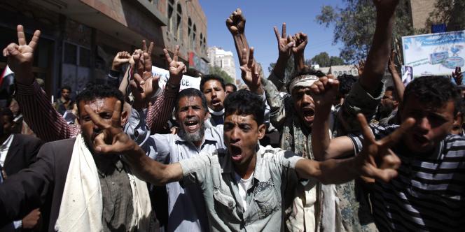 Des manifestants demandent le départ du président Saleh à Sanaa, mardi 25 octobre.