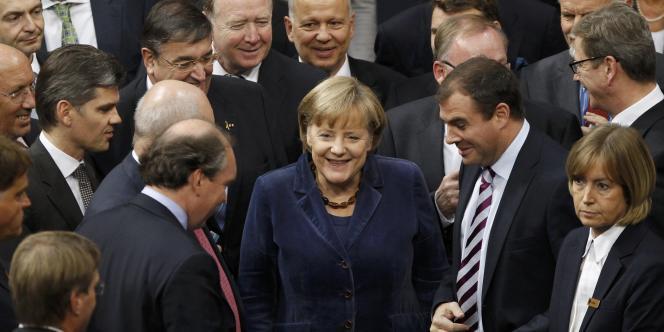 La chancelière allemande Angela Merkel entourée de membres du Bundestag, le 26 octobre 2011.