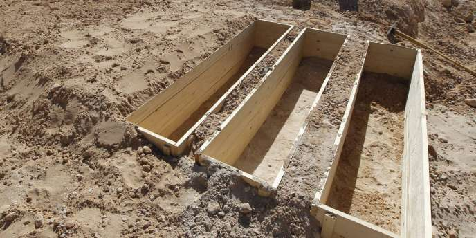 Mouammar Kadhafi a été enterré en Libye dans la nuit de lundi à mardi dans un lieu tenu secret. Ici, les tombes de soldats kadhafistes, à Misrata.