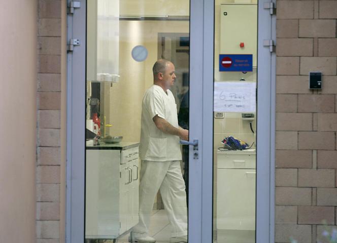 Un infirmier dans le pavillon d'un hôpital psychiatrique, le 19 décembre 2004 à Pau.