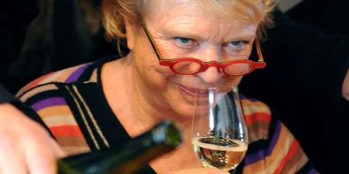 Eva Joly a goûté du vin avec enthousiasme lors d'un déplacement à Balbronn, en Alsace, le 26 octobre.
