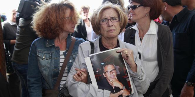 Des familles des victimes de l'attentat du 28 avril à Marrakech, au Maroc, lors du procès de neuf des suspects le 28 octobre 2011.