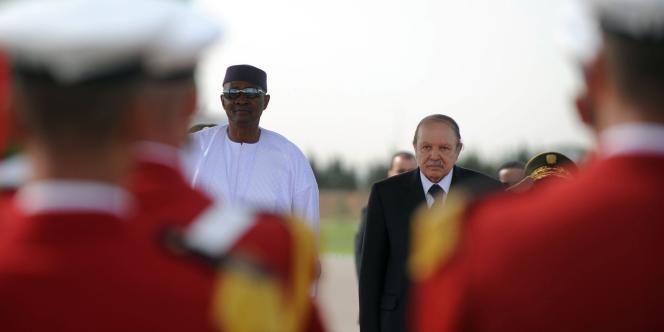 Le président Abdelaziz Bouteflika et son homologue malien, le président Amadou Toumani Touré, le 23 octobre 2011, à Alger.