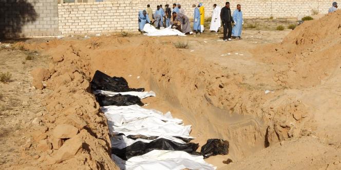 Des cadavres dans l'un des cimetières de Syrte (Libye), le 27 octobre 2011.