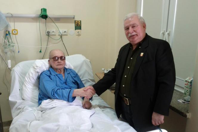 Le général Jaruzelski et Lech Walesa lors de leur rencontre dans un hôpital militaire à Varsovie, le 24 septembre 2011.