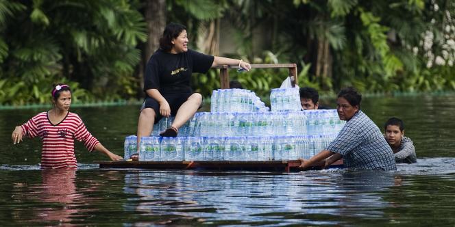 Ceux qui sont restés à Bangkok ont fait des réserves d'eau.