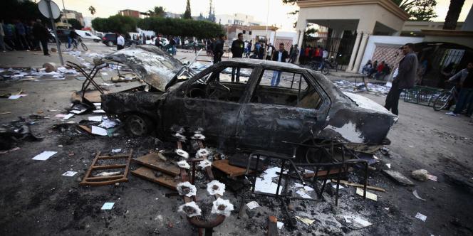 Plusieurs milliers de contestataires ont attaqué des bâtiments administratifs – dont le gouvernorat, le tribunal et le siège d'Ennahda–, s'y livrant à des pillages et déprédations.