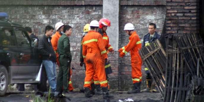 Les équipes de secours s'apprêtent à rentrer dans la mine de charbon Xialiuchong, dimanche 30 octobre.