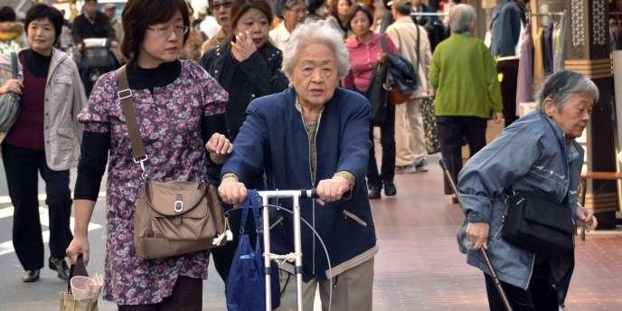 Le vieillissement de la population est un casse-tête pour le gouvernement japonais qui doit assurer le financement des retraites et des dépenses de santé avec une population active qui décline d'année en année du fait de la baisse de la natalité.