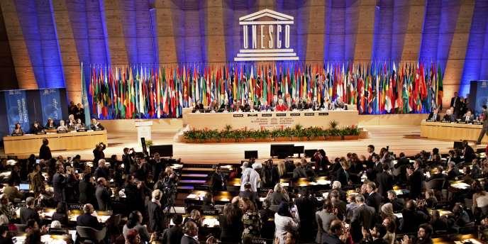 Les représentants des États membres de l'Unesco applaudissent le résultat du vote permettant l'adhésion de la Palestine à l'organisation comme membre à part entière.